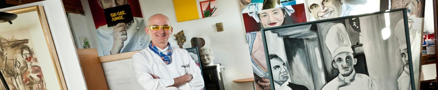 Peter Troißinger sen. in Mitten seiner Kunst. Die ist im ganzen Reataurant und im Hotel zu besichtigen
