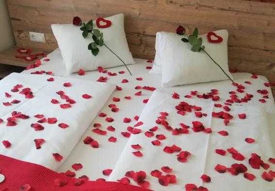 rosenblüten am Bett, verführersich romantisch, kurz mal weg urlaub