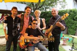 """Auf ihrer """"In Vino Veritas Tour"""" präsentierte die Gruppe CALiM im Rahmen eines kulinarischen Gartenfestes beim Malerwinkl in Hatzendorf ihre dritte CD mit dem Titel """"Liebes Leben!""""."""