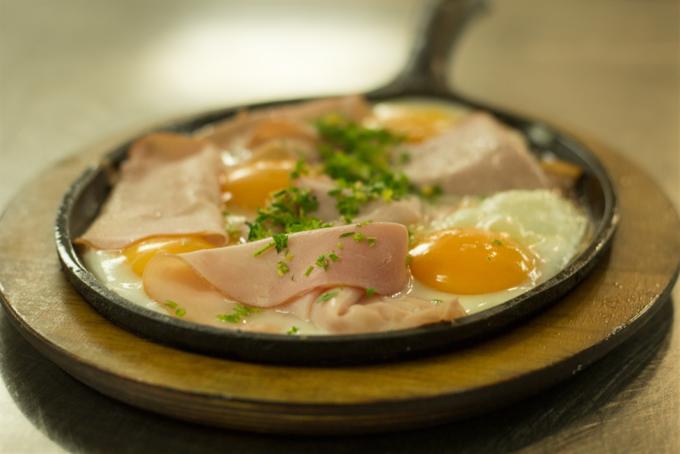 Malerwinkl Frühstück, Eierspeis mit Schinken und Schnittlauch aus dem eigenen Garten