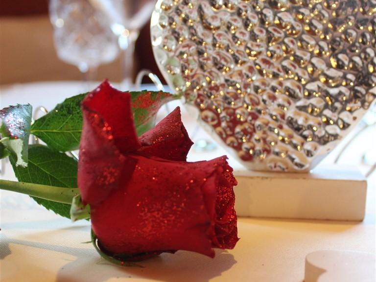 Candlelight-Dinner:   Beim Candle Light Dinner erwartetSie einromantisch gedeckter Tischmit vie