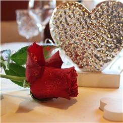 Candlelight-Dinner:   Beim Candle Light Dinner erwartet Sie einromantisch gedeckter Tischmit vie
