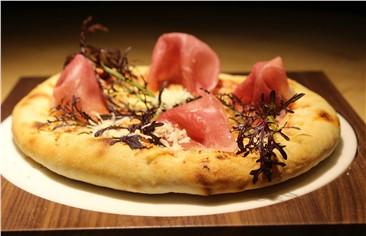 Malerwinkl Haus Pizza:   Hauspizza, Tomatensauce, Käse, Salami, Schinken, Speck, Paprika,Zwiebel, Kno